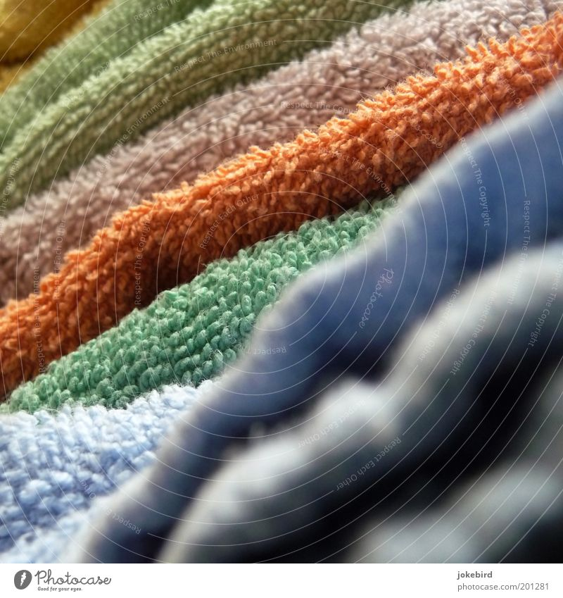 Frotteeturm Handtuch blau mehrfarbig gelb grün orange trocken Farbenspiel Frottée Textilien Stapel trocknen diagonal weich Wäsche Sauberkeit