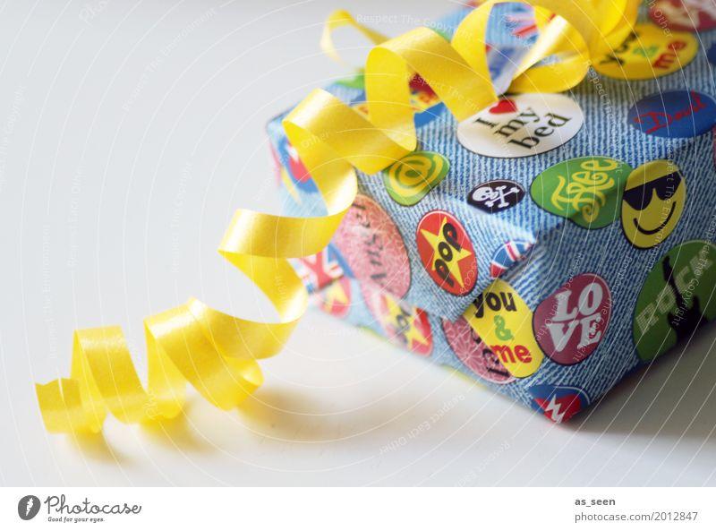 Geschenkbox Lifestyle kaufen Design Freude Wohlgefühl Feste & Feiern Geburtstag Papier Verpackung Paket Etikett Smiley liegen ästhetisch Fröhlichkeit hell