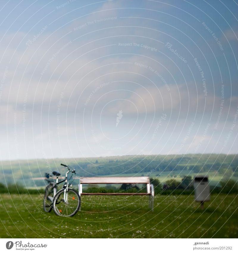 Mein freier Tag Himmel grün ruhig Einsamkeit Ferne Wiese Landschaft Wege & Pfade Fahrrad Horizont gehen Ausflug stehen Pause Bank Aussicht