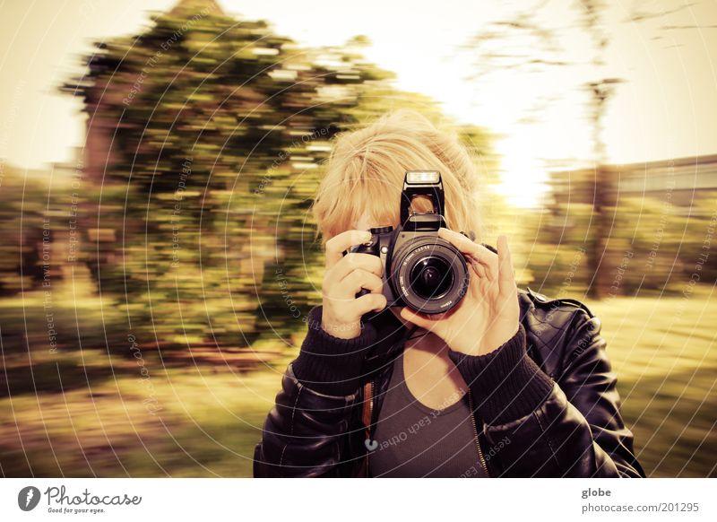 Drehwurm Fotokamera feminin Junge Frau Jugendliche Kopf Haare & Frisuren Hand 1 Mensch 18-30 Jahre Erwachsene drehen Geschwindigkeit Farbfoto Außenaufnahme