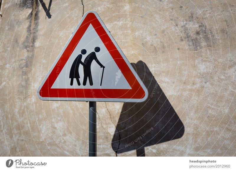 Warnschild: Achtung! Alte Leute überqueren die Strasse Frau Erwachsene Mann Weiblicher Senior Männlicher Senior Eltern Großeltern Großvater Großmutter Paar