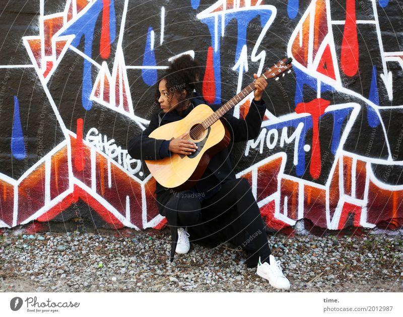 Musik | Ghetto Mom feminin Frau Erwachsene 1 Mensch Künstler Konzert Musiker Gitarre Mauer Wand Wege & Pfade Mantel Turnschuh Haare & Frisuren schwarzhaarig