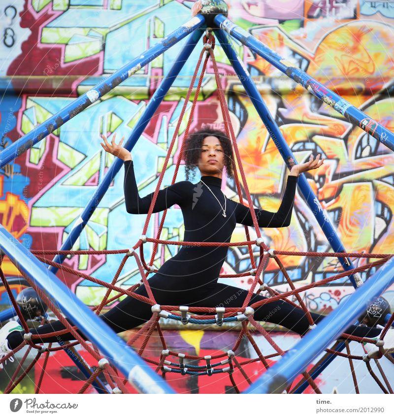 . Mensch Frau schön Erwachsene Leben Wand Graffiti Sport Bewegung feminin Mauer außergewöhnlich Haare & Frisuren Kommunizieren sitzen beobachten