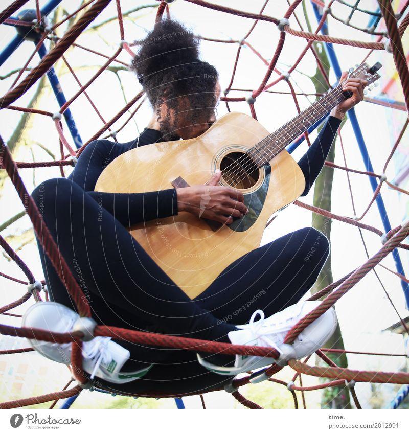 Musik | Ghetto Network Kletteranlage feminin Frau Erwachsene 1 Mensch Musiker Gitarre T-Shirt Hose Turnschuh Haare & Frisuren schwarzhaarig langhaarig Locken