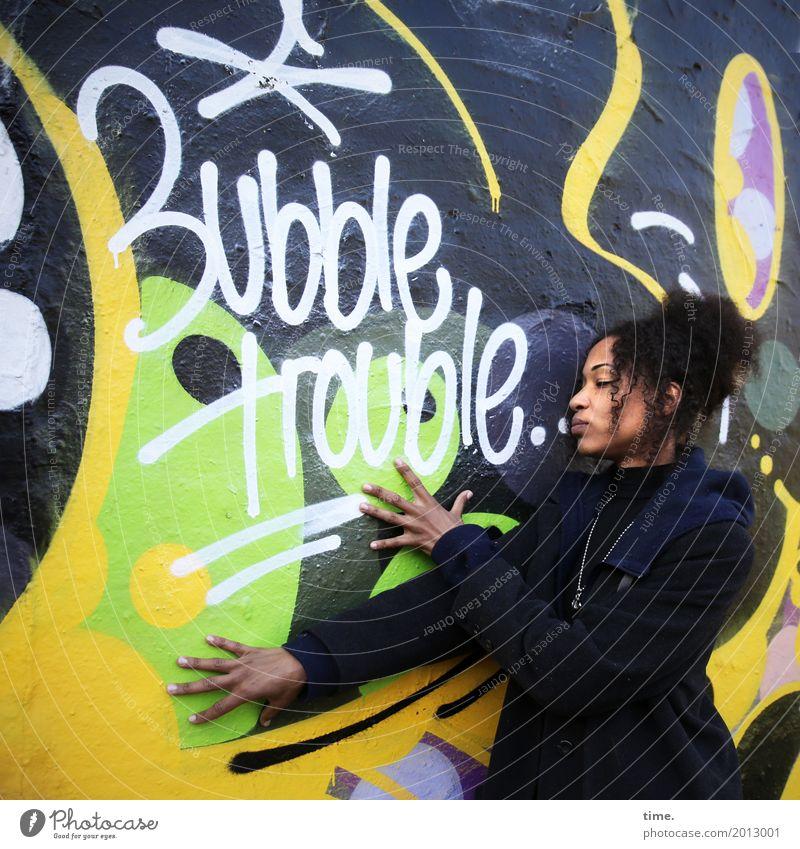 . feminin Frau Erwachsene 1 Mensch Kunst Gemälde Mauer Wand Mantel Haare & Frisuren brünett langhaarig Afro-Look Zeichen Schriftzeichen Graffiti beobachten