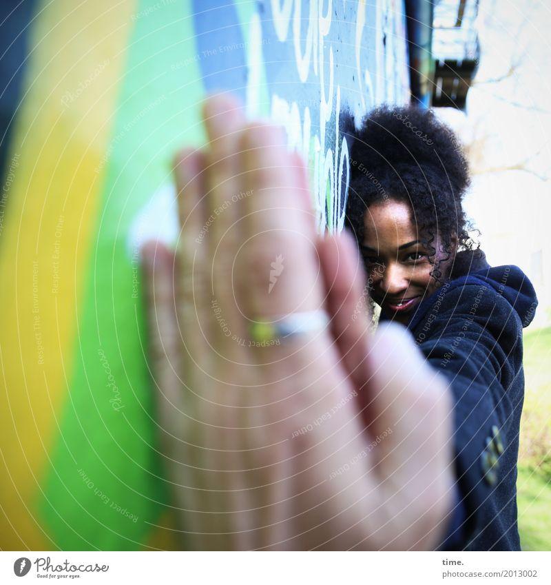 keep in touch feminin Frau Erwachsene Hand 1 Mensch Mauer Wand Mantel Schmuck Ring Haare & Frisuren brünett Locken Afro-Look Graffiti beobachten berühren