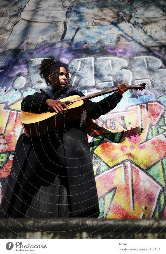 Musik | Ghetto Sounds (I) feminin Frau Erwachsene 1 Mensch Musiker Gitarre Mantel Haare & Frisuren schwarzhaarig langhaarig Afro-Look Zeichen Graffiti
