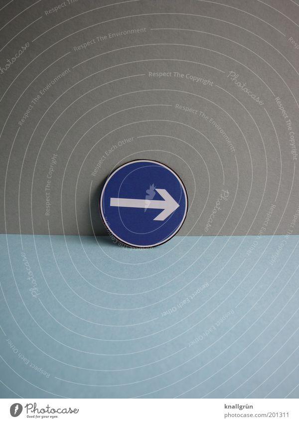 RECHTS Verkehrszeichen Verkehrsschild Zeichen Hinweisschild Warnschild rund blau grau weiß Kommunizieren Kontrolle rechts Straßenverkehrsordnung Farbfoto