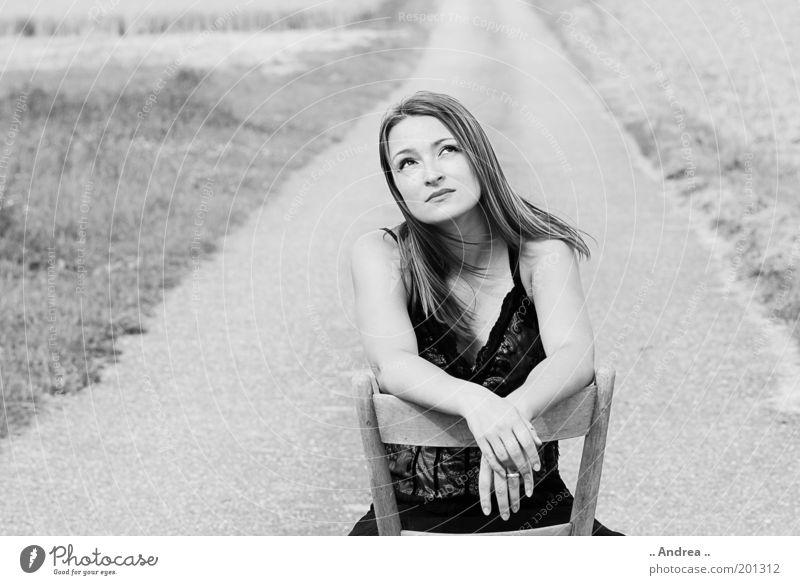 Black Beauty 2 feminin Junge Frau Jugendliche 1 Mensch 18-30 Jahre Erwachsene Landschaft Feld sitzen Straße Wege & Pfade schwarz weiß Stuhl verträumt Sehnsucht