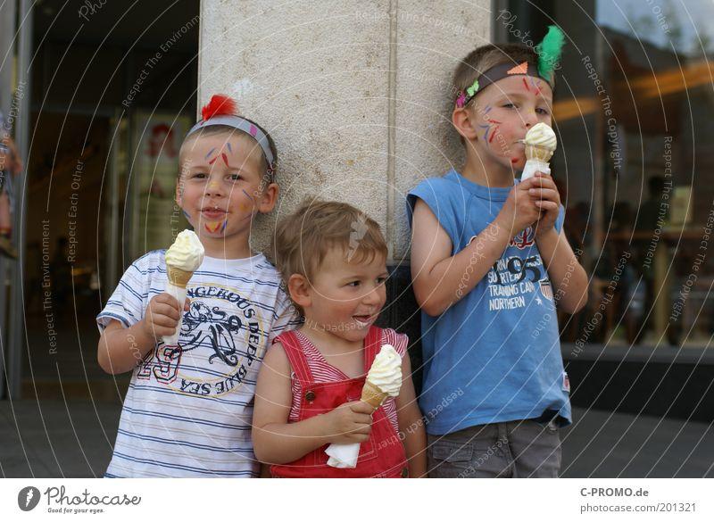 StadtEisIndianer Mensch Kind Familie & Verwandtschaft Mädchen Junge Essen Kindheit maskulin Speiseeis T-Shirt Kindergruppe Lächeln Karneval Kleinkind