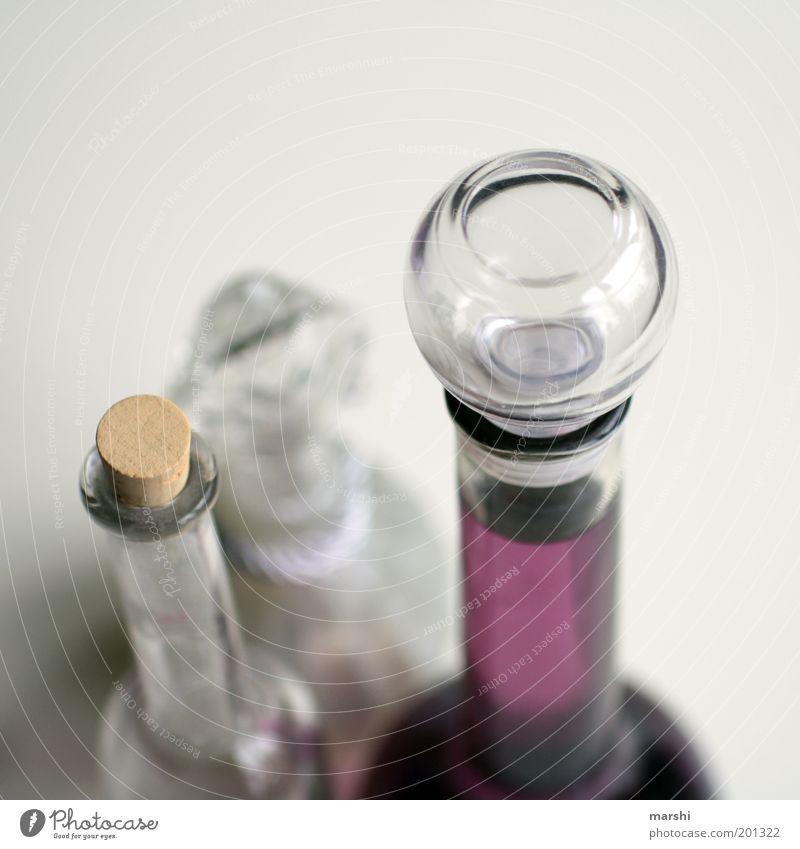 solche Flaschen. Glas violett weiß Flaschenhals Parfum Dekoration & Verzierung Flüssigkeit Verschlussdeckel Unschärfe Behälter u. Gefäße Farbfoto Innenaufnahme