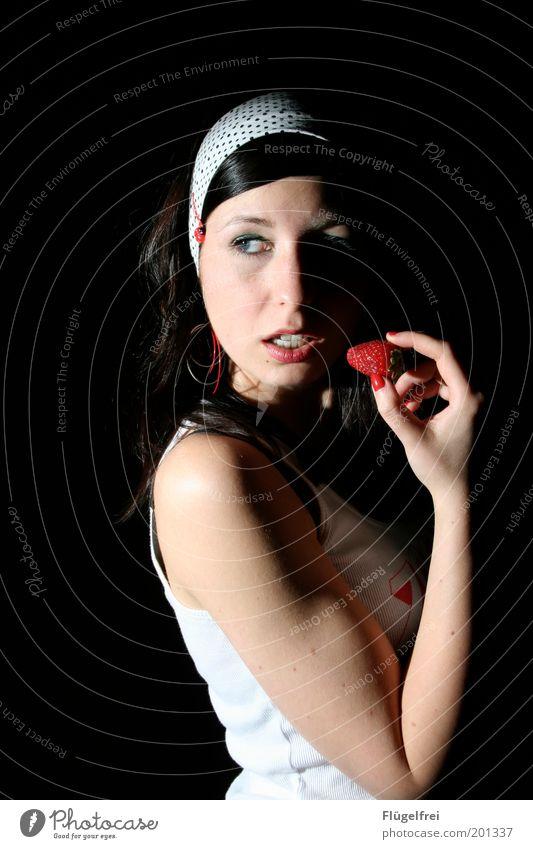 la fraise Mensch Jugendliche Erwachsene Junge Frau feminin Essen 18-30 Jahre genießen festhalten Appetit & Hunger attraktiv Erdbeeren Marienkäfer verführerisch