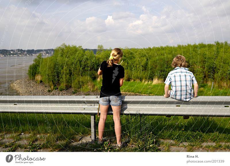 Trotzkopf Kind Natur grün Mädchen Ferien & Urlaub & Reisen Familie & Verwandtschaft Spielen Junge Landschaft Frühling Kindheit Freizeit & Hobby blond Zusammensein warten sitzen
