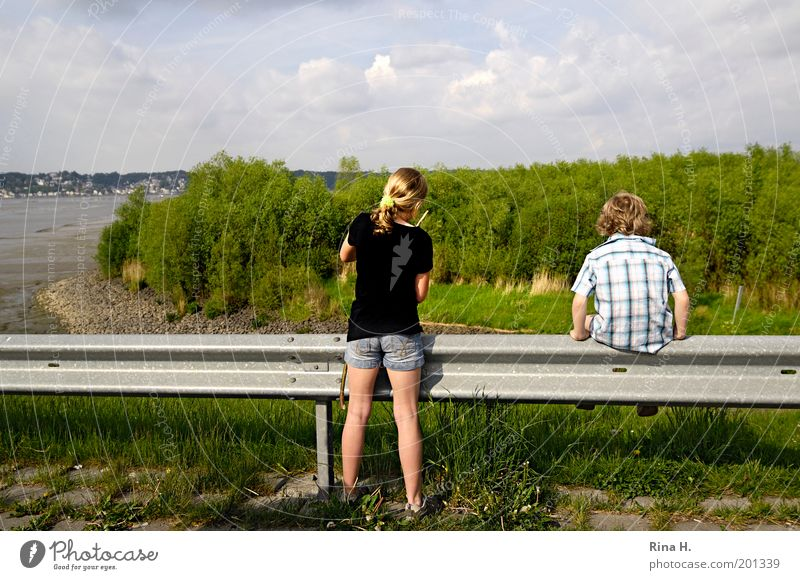Trotzkopf Mädchen Junge Geschwister Kindheit 8-13 Jahre Natur Landschaft Frühling Fluss Elbe T-Shirt Hemd Jeanshose blond kurzhaarig langhaarig sitzen Spielen