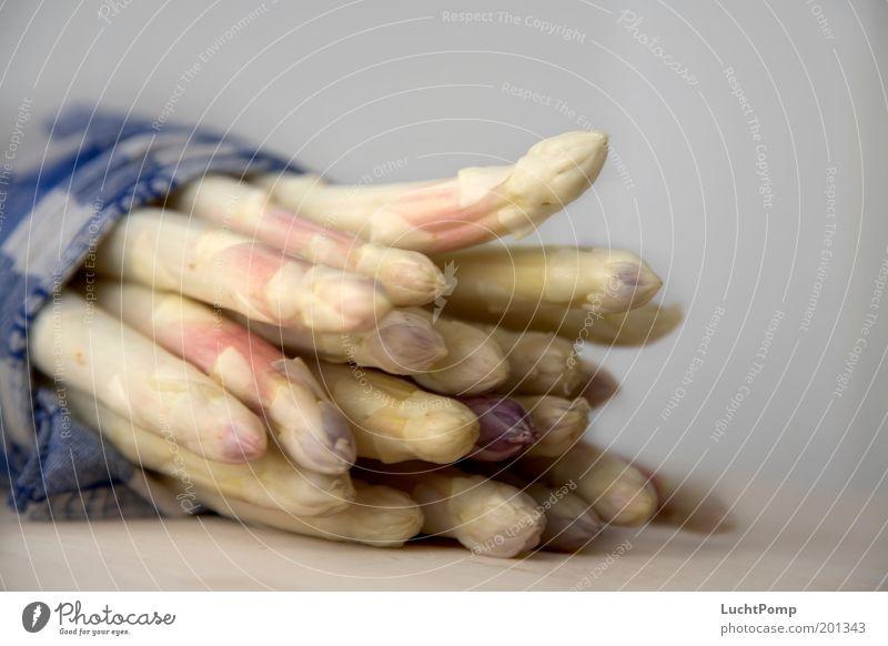 Kurz vor Schluss Spargelzeit Gemüse Spargelkopf Spargelbund Saison Saisonarbeit Küchenhandtücher lecker teuer Spezialitäten Holztisch frisch knackig zart