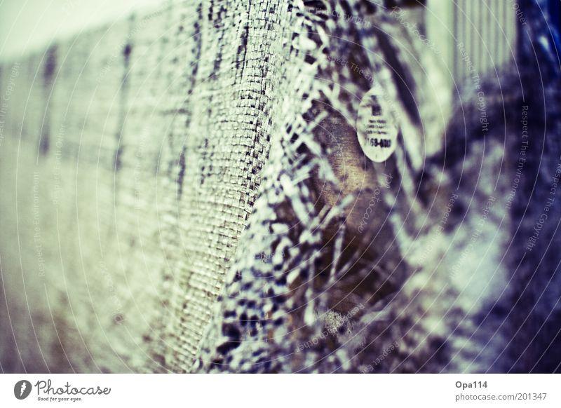 aufgerissen alt weiß blau schwarz kalt grau kaputt Netz Wandel & Veränderung violett Schutz Vergänglichkeit fest geheimnisvoll Verfall Kunststoff
