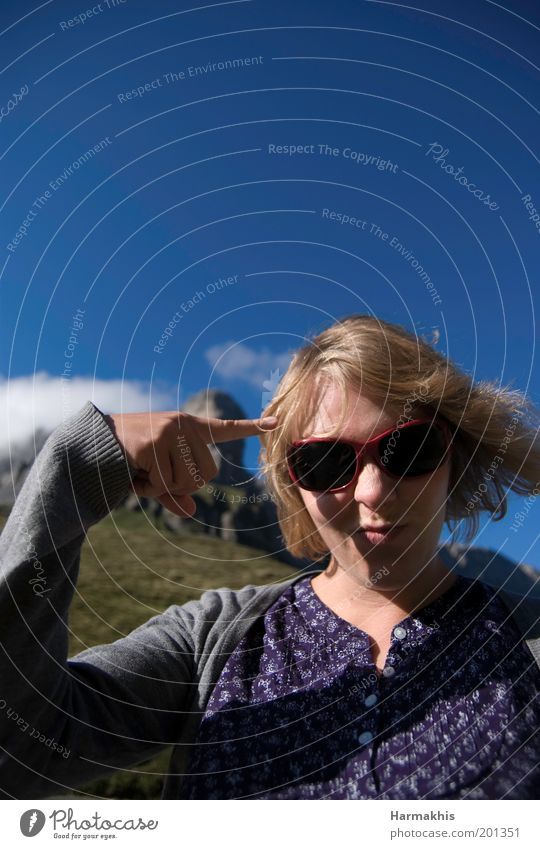 Tolle Wurst. Mensch Jugendliche blau Freude Ferne feminin Berge u. Gebirge Denken blond Erwachsene verrückt Ausflug Fröhlichkeit Coolness violett Alpen