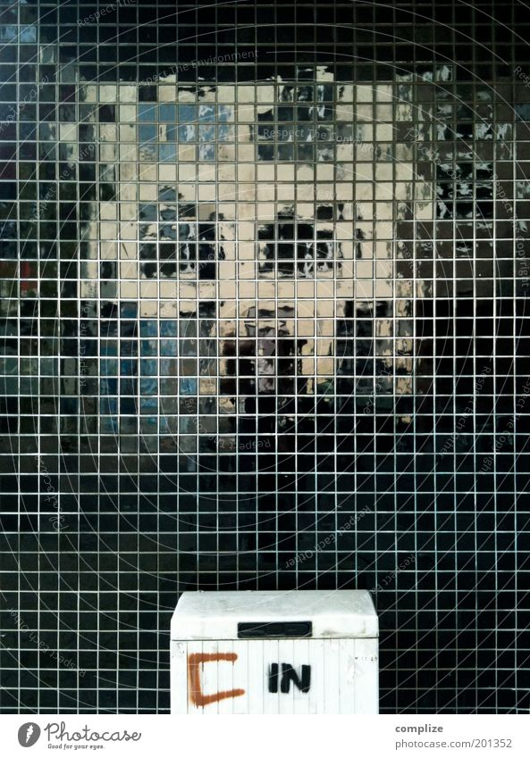 C in Fassade Reflexion & Spiegelung Elektrizität stromkasten schwarz Bildpunkt Quadrat Ordnung Farbfoto Außenaufnahme Strukturen & Formen Menschenleer