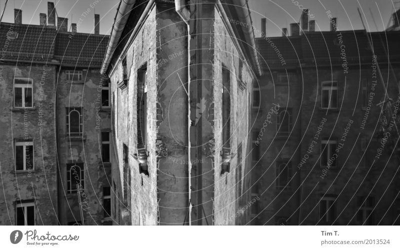 Prenzlauer Berg Berlin Hauptstadt Stadtzentrum Altstadt Menschenleer Haus Fassade Fenster stagnierend Häusliches Leben Reflexion & Spiegelung Schwarzweißfoto