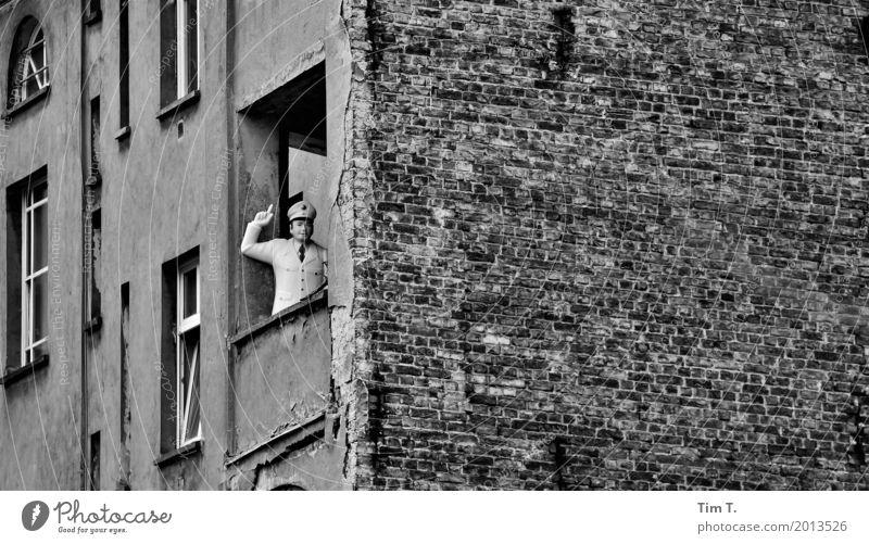 Prenzlauer Berg 2017 Berlin Stadt Hauptstadt Stadtzentrum Altstadt Menschenleer Haus Fassade Balkon Häusliches Leben Zufriedenheit Polizei Puppe Altbau
