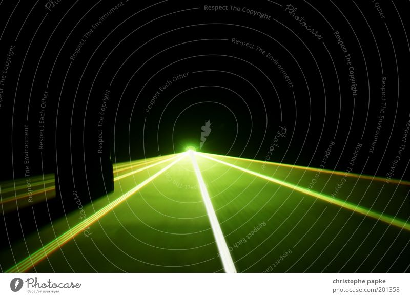 Wo Licht erstrahlt auf längst vergangene Wünsche Nachtleben Party Veranstaltung Club Disco clubbing Tanzen Fortschritt Zukunft High-Tech leuchten grün Laser