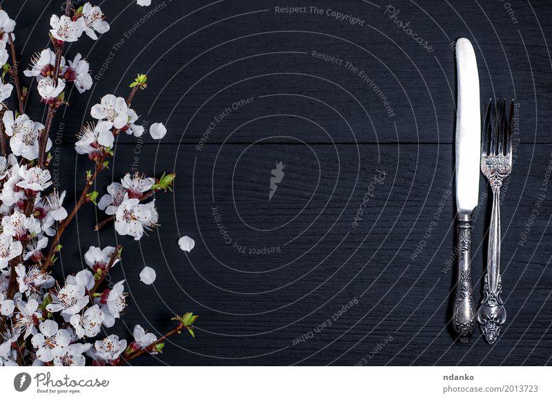 Silbernes Geschirr der Weinlese auf einer schwarzen Holzoberfläche Abendessen Besteck Messer Gabel Dekoration & Verzierung Tisch Küche Restaurant Werkzeug Baum