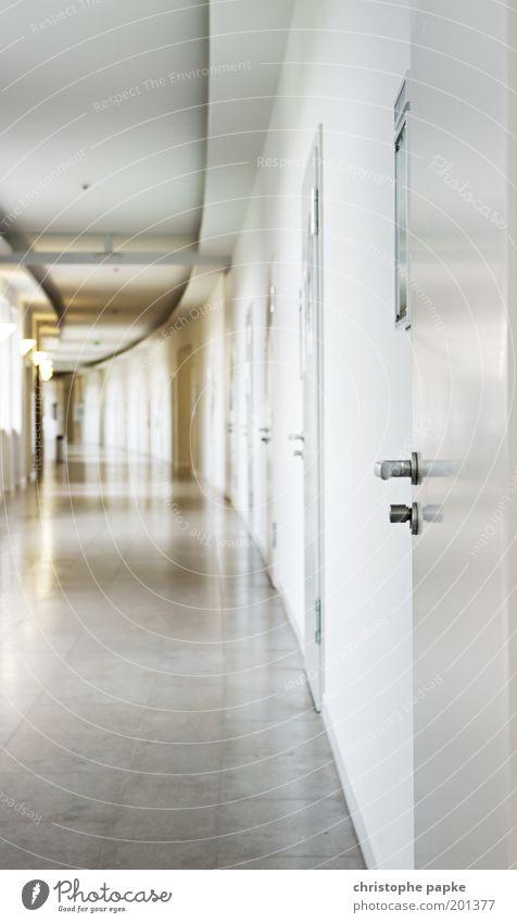 Manchmal öffnen sich neue Türen... weiß Einsamkeit Schule Suche geschlossen Studium Zukunft Unendlichkeit Griff Gang gleich Bürogebäude Bildung