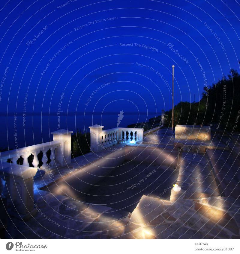 Glühwürmchen Nachthimmel Garten Park Terrasse leuchten ästhetisch kalt blau ruhig Horizont Surrealismus Ferne Geländer Säule Podest Polygonalplatten Licht