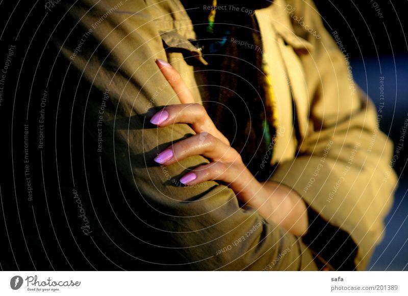 Finger exotisch Haut Maniküre feminin Junge Frau Jugendliche Erwachsene 18-30 Jahre Bekleidung Arbeitsbekleidung Schutzbekleidung Lack Kopftuch eckig dünn schön