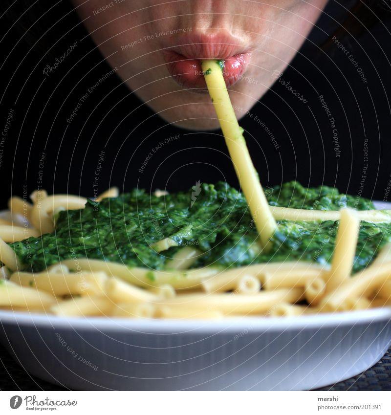 Nudelschnute Lebensmittel Ernährung Essen Teller Mensch maskulin feminin Mund Lippen 1 lecker gelb grün Appetit & Hunger Spinat Kohlenhydrate Nudeln Makkaroni