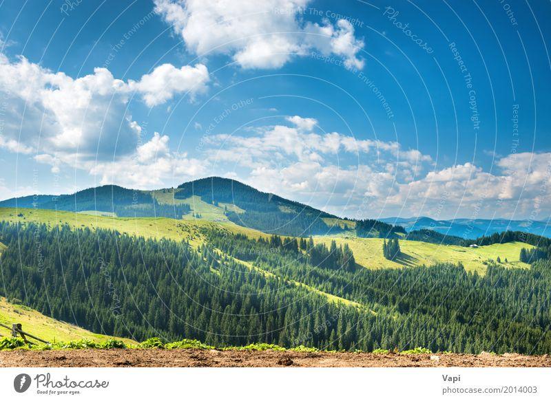 Grünes sonniges Tal in den Bergen und in den Hügeln Himmel Natur Ferien & Urlaub & Reisen Pflanze blau Sommer grün weiß Baum Landschaft Wolken Wald