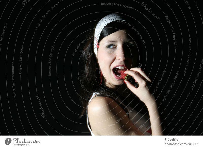 à part moi feminin Junge Frau Jugendliche Erwachsene 1 Mensch 18-30 Jahre Essen Erdbeeren Flirten Blick genießen Marienkäfer Stirnband Haarspange festhalten