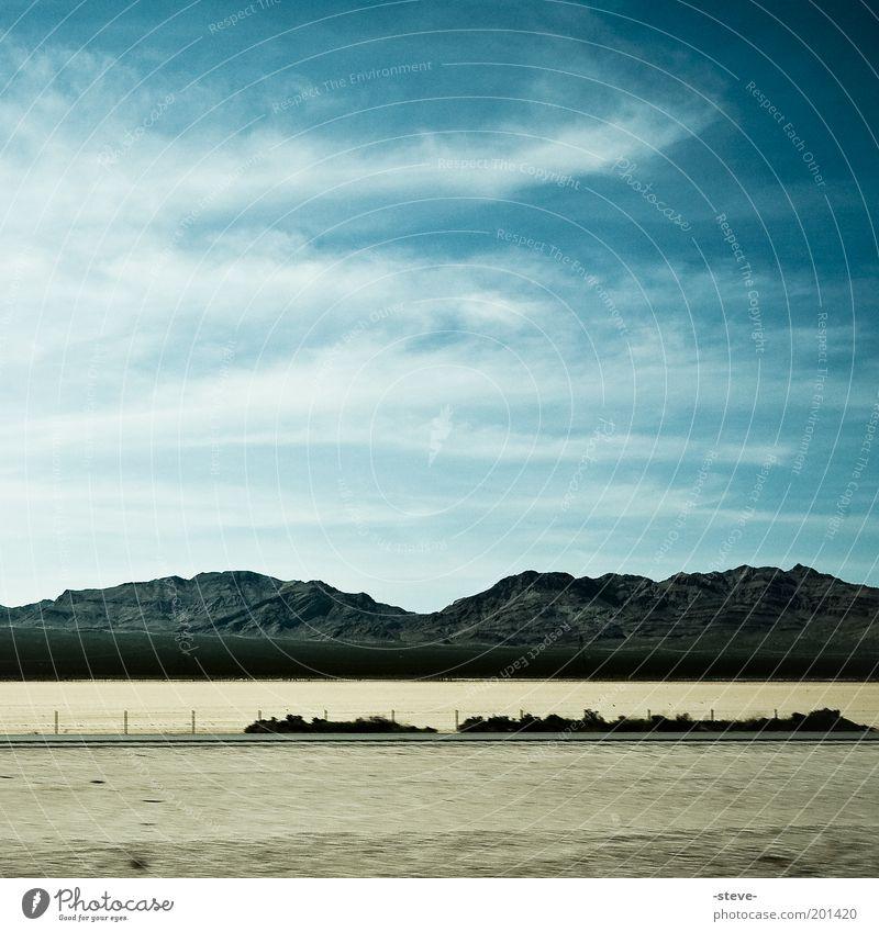 Desert Sky Landschaft Himmel Wolken Berge u. Gebirge Wüste blau braun Mojave Nevada Farbfoto Außenaufnahme Textfreiraum oben Tag Silhouette Sand Menschenleer