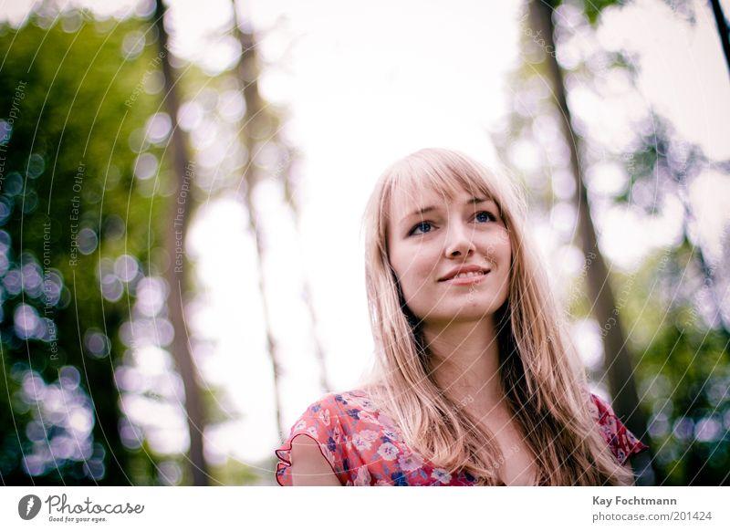vom kleinen Glück Mensch Natur Jugendliche schön Himmel Baum Sonne Pflanze Sommer Freude Wald Leben Erholung feminin Stil