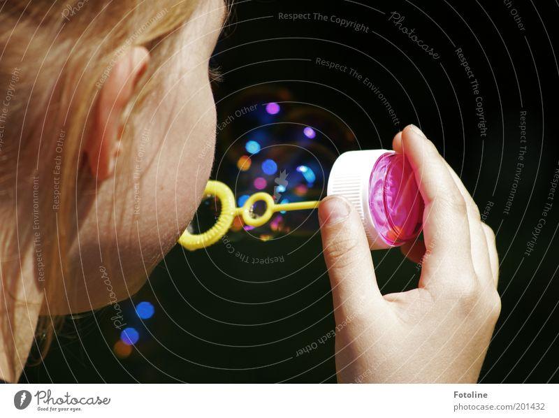 Was für ein Spaß! Mensch Kind Mädchen Kindheit Kopf Haare & Frisuren Ohr Spielen blasen Seifenblase Farbfoto mehrfarbig Außenaufnahme Tag Sonnenlicht Hand