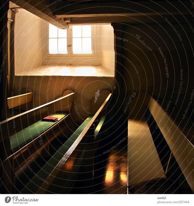 Nach dem Gottesdienst alt Einsamkeit Wand Holz Stein Mauer Gebäude hell Religion & Glaube warten Glas leer Kirche Bank einfach