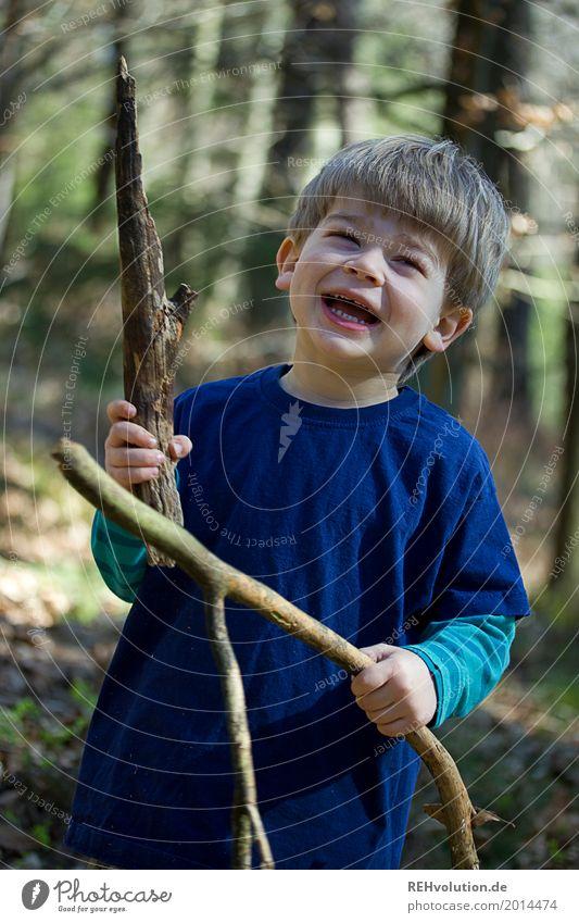 Waldspaß Ausflug Mensch maskulin Kind Kleinkind Junge 1 1-3 Jahre Umwelt Natur Landschaft Frühling Schönes Wetter Baum festhalten lachen stehen Glück lustig