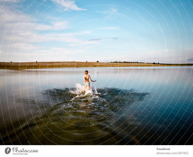sommersee Freude Glück Mensch feminin Junge Frau Jugendliche Erwachsene Sommer Schönes Wetter Seeufer Strand Teich Schwimmen & Baden Baggersee Farbfoto