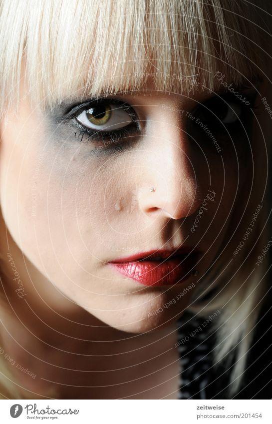 weine nicht, wenn der regen fällt Jugendliche schön Gesicht Auge feminin Kopf Traurigkeit Mund Haut blond Erwachsene Trauer Frau Lippen Sehnsucht