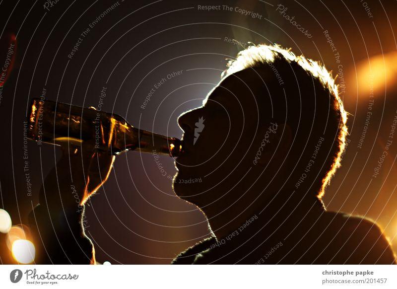 Er-Trinken Mensch Mann dunkel Erwachsene Feste & Feiern Kopf Party Getränk Lebensfreude trinken Bier Veranstaltung Bar Flasche Club Disco