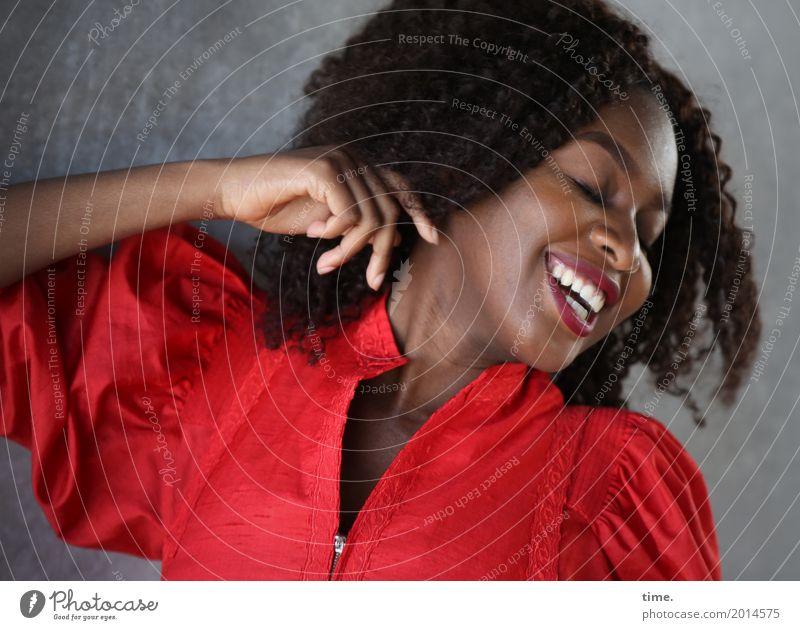 Arabella feminin Frau Erwachsene 1 Mensch Mauer Wand Kleid Haare & Frisuren schwarzhaarig langhaarig Afro-Look Erholung lachen Fröhlichkeit Glück schön Gefühle