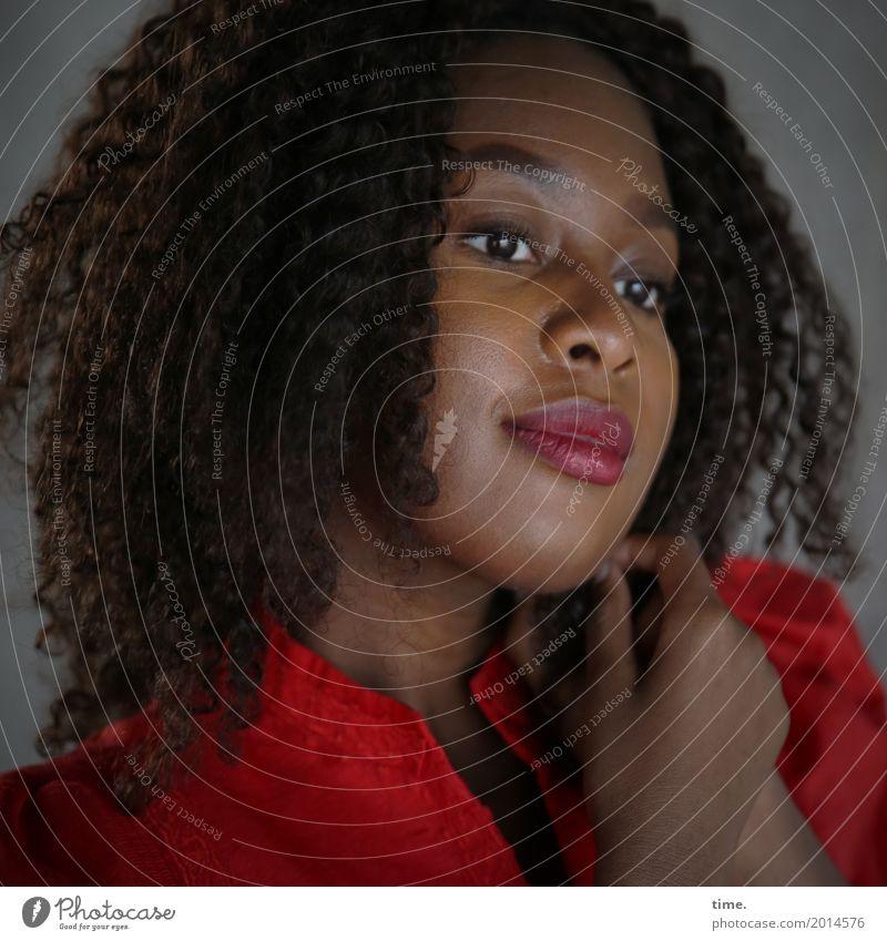 Arabella feminin Frau Erwachsene 1 Mensch Kleid langhaarig Locken Afro-Look beobachten festhalten Blick träumen warten Freundlichkeit schön natürlich Wärme rot