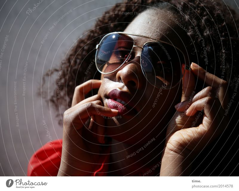 Arabella feminin Frau Erwachsene 1 Mensch Kleid Sonnenbrille Haare & Frisuren brünett Locken Afro-Look beobachten Denken festhalten Blick träumen schön
