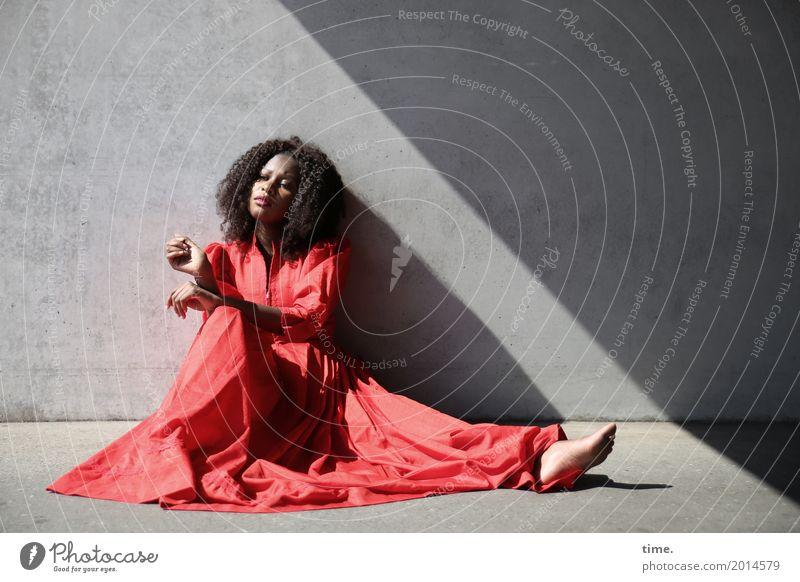 . Mensch Frau schön Erholung Erwachsene Wand feminin Mauer sitzen warten beobachten Coolness Neugier Kleid Leidenschaft Wachsamkeit