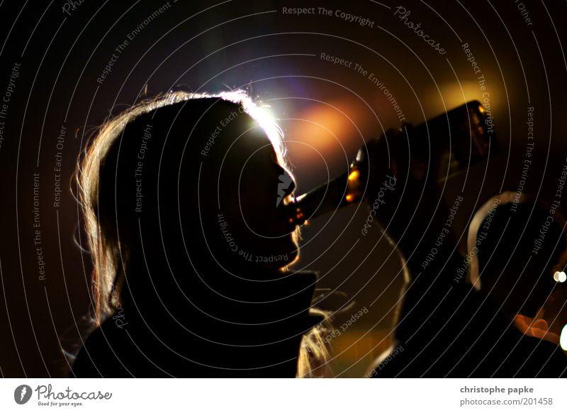 Sie-Trinken Mensch Frau Jugendliche 18-30 Jahre dunkel Erwachsene Haare & Frisuren Feste & Feiern Kopf Party genießen Getränk trinken Bier Veranstaltung Bar