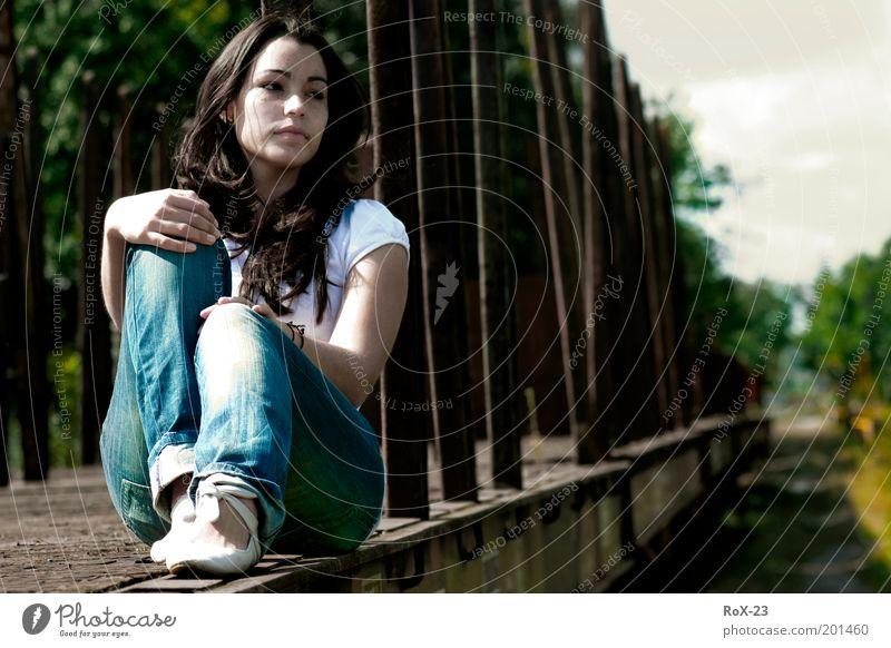 Wann fährt der Zug? Mensch Jugendliche Hand schön Erwachsene feminin Haare & Frisuren Traurigkeit Denken Beine braun Schuhe sitzen elegant warten natürlich