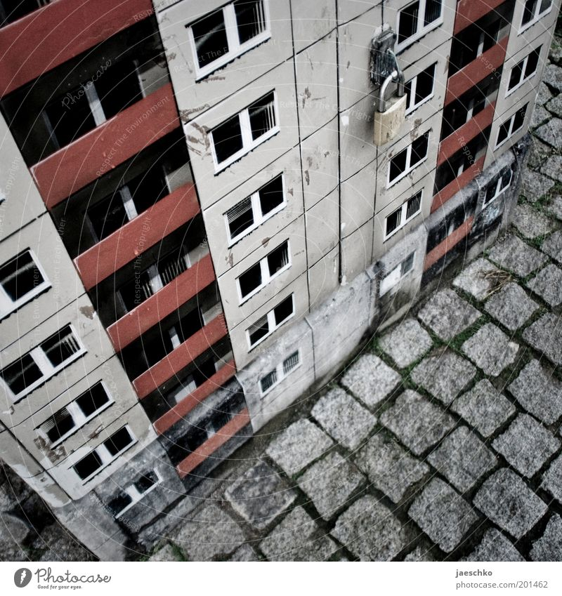 Kleine Platte Stadt Haus kalt Fenster grau Kunst Hochhaus Fassade geschlossen trist Vergänglichkeit Verfall Balkon Schloss schäbig Kreativität