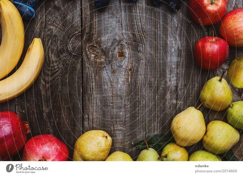 Früchte auf einer grauen Holzoberfläche Lebensmittel Frucht Apfel Essen Vegetarische Ernährung Garten Tisch Herbst frisch natürlich saftig gelb rot Hintergrund