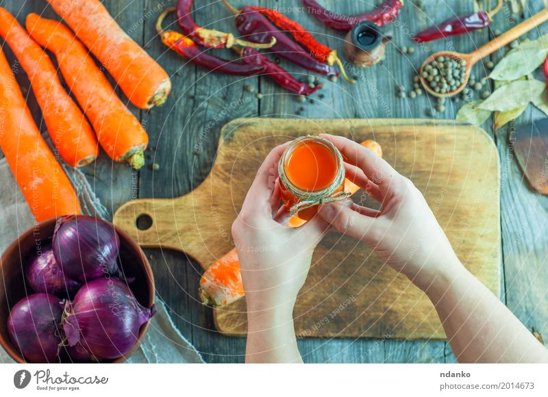 Frauenhände halten ein Glas Karottensaft Mensch Hand Erwachsene Essen Holz grau oben orange Ernährung frisch Tisch Kräuter & Gewürze kochen & garen