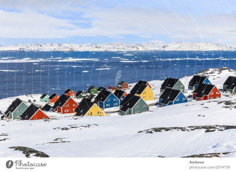 Bunte Inuithäuser in einem Vorort der arktischen Hauptstadt Nuuk Himmel Natur Ferien & Urlaub & Reisen Stadt Farbe Landschaft Meer Haus Wolken Winter